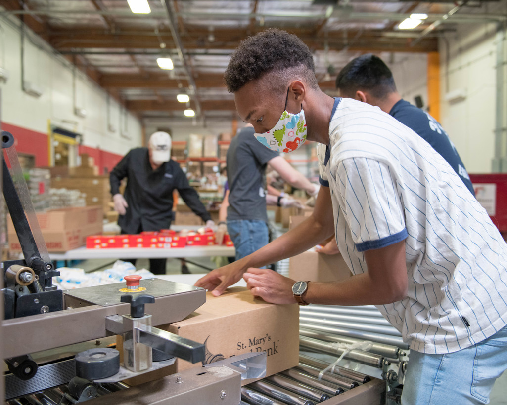 US airmen volunteering at food bank